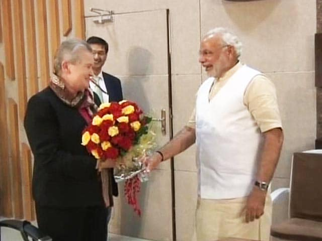 Video : Narendra Modi greets US ambassador Nancy Powell with bunch of flowers