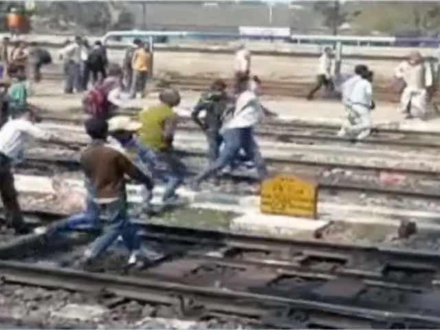 Video : बिहार के हाजीपुर स्टेशन पर लोगों का हंगामा