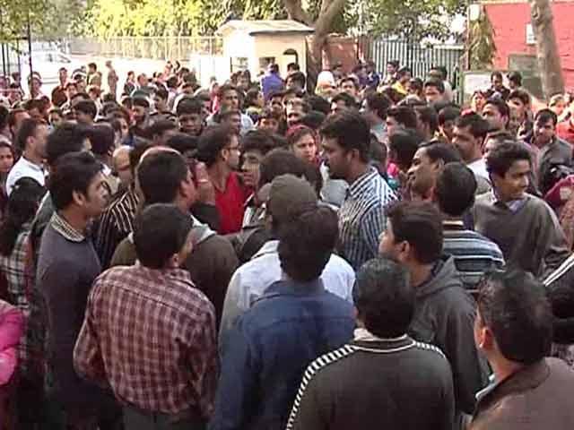 Video : Delhi nursery admissions see chaos, dharna outside school