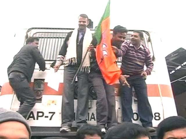 Video : BJP blocks trains in Bihar to push demand for special status