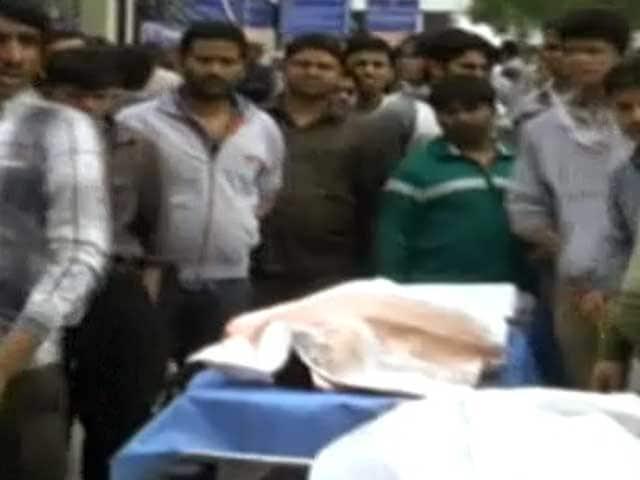 Video : दिल्ली : गाड़ी बैक करने के मसले पर हुई फायरिंग, दो की मौत