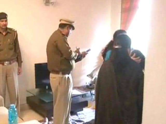 Video : Gurgaon: Senior executive of firm allegedly stabs wife to death