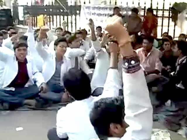 Videos : यूपी : नौ मेडिकल कॉलेजों के जूनियर डॉक्टर हड़ताल पर, मरीज परेशान