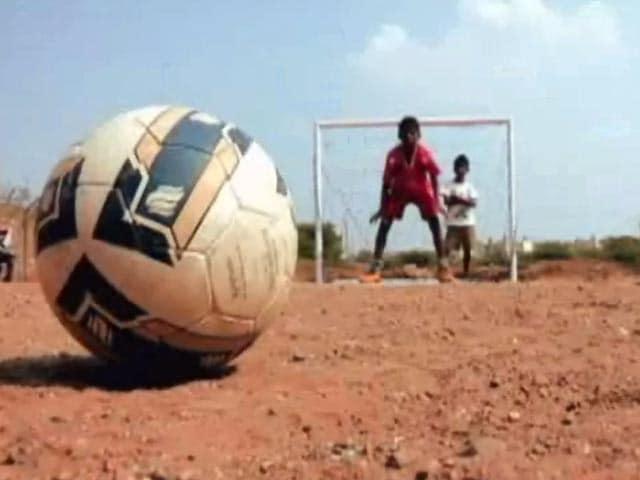 Videos : फुटपाथ से फुटबॉल तक का सफर