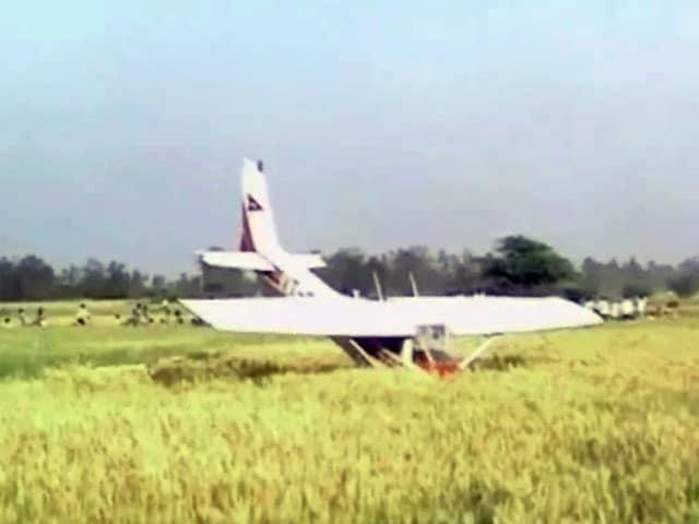 Videos : टला हादसा : रायबरेली में एयरक्राफ्ट की इमरजेंसी लैंडिंग