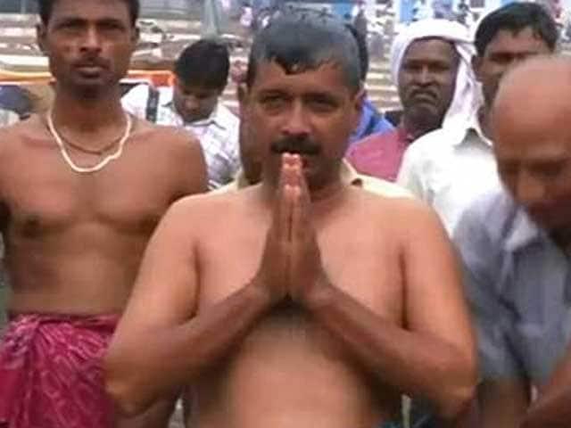 Video : In Varanasi, Kejriwal takes a dip in Ganga