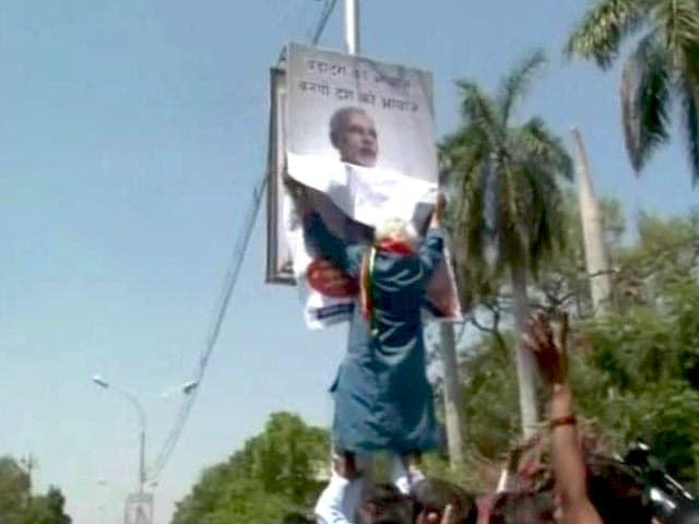 Video : मोदी का पोस्टर उतारने पर मधुसूदन मिस्त्री हिरासत में