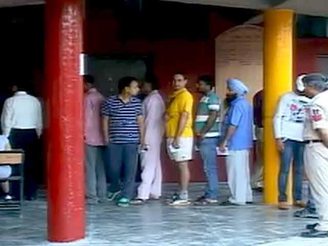 Videos : चंडीगढ़ में मतदान, किरण, गुल और पवन बंसल के बीच मुकाबला