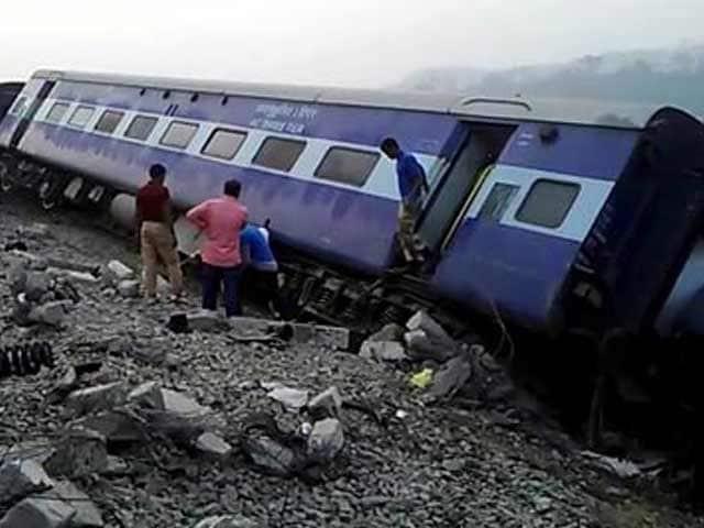 Video : असम में ट्रेन पटरी से उतरी, 50 से अधिक घायल