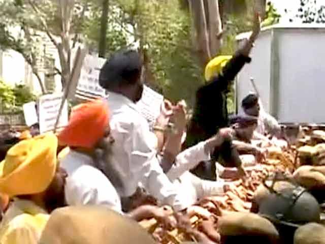 Videos : कैप्टन अमरिंदर के बयान के विरोध में सिखों का कांग्रेस मुख्यालय पर प्रदर्शन