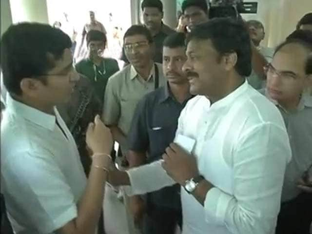Video : Applause as NRI stops Chiranjeevi from jumping voters' queue