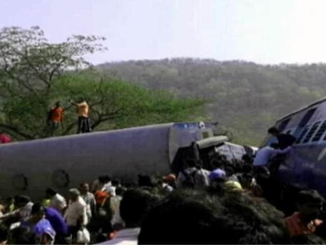 Video : महाराष्ट्र : रायगढ़ में पटरी से उतरी ट्रेन, 19 की मौत