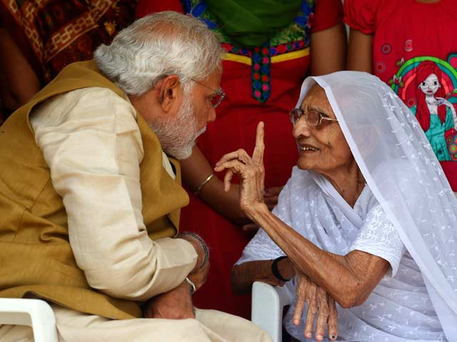 Video : Election Results 2014: Armed with Massive Victory, Narendra Modi Meets his Mother