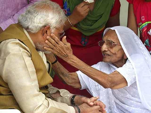 Video : नरेंद्र मोदी ने छुए पांव, मां ने तिलक लगाकर दिया आशीर्वाद