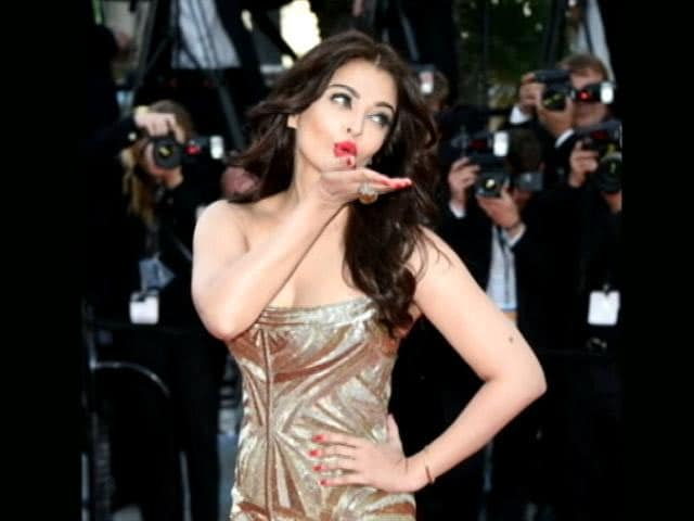 Video : Aishwarya Stuns in Golden Gown at Cannes