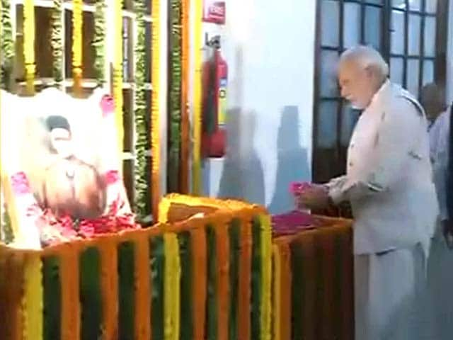 Videos : पीएम नरेंद्र मोदी ने वीर सावरकर को दी श्रद्धांजलि