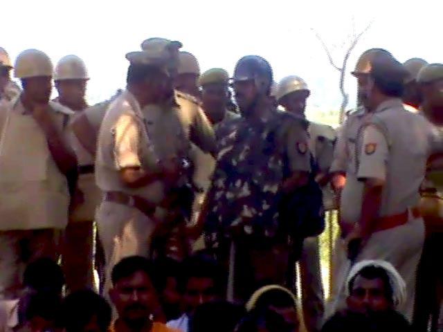Videos : यूपी : दो नाबालिग लड़कियों को पेड़ से लटकाया
