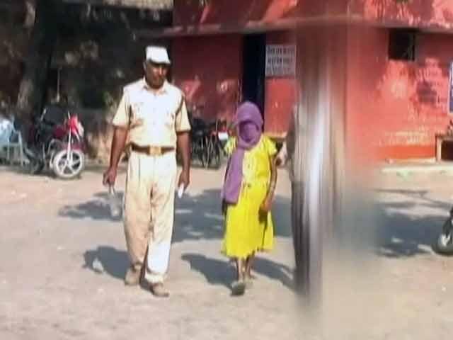 Videos : खबरों की खबर : यूपी में ये कैसा प्रशासन?