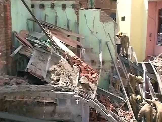 Videos : दिल्ली के सदर बाजार में अधबनी इमारत गिरी
