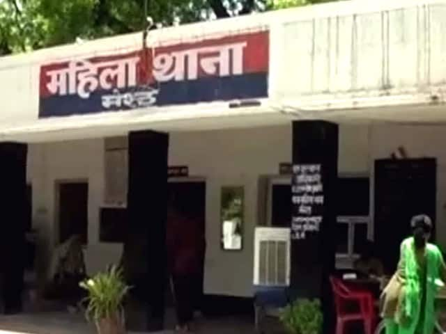 Videos : यूपी में छेड़छाड़ के आरोप में दो वरिष्ठ पुलिस अफसर सस्पेंड