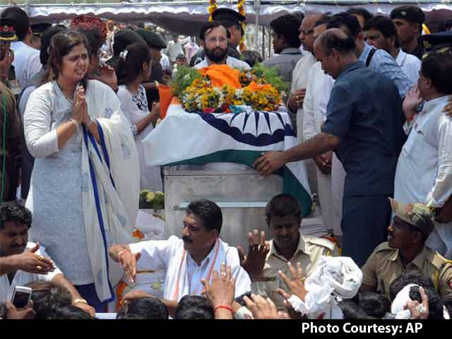 Video : Gopinath Munde Cremated With Full State Honours in Beed