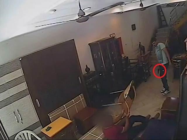 Videos : कैमरे में कैद : नोएडा में दिनदहाड़े व्यापारी को मारी गई गोली