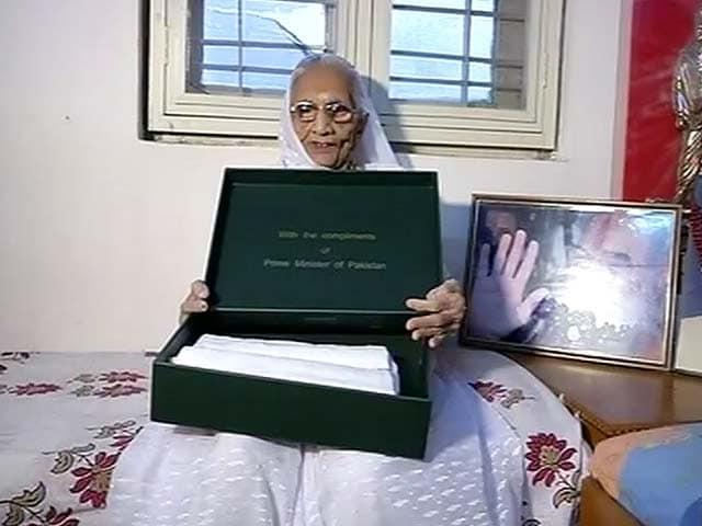 Videos : नरेंद्र मोदी की मां को नवाज का तोहफा