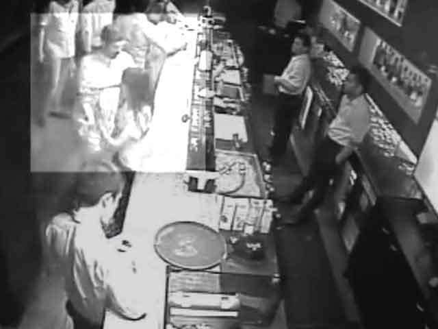 Video : कैमरे में कैद : पब में छेड़खानी और फायरिंग