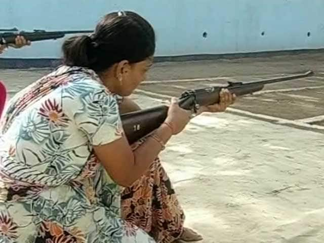 Videos : गुजरात : महिलाओं के लिए राइफल ट्रेनिंग
