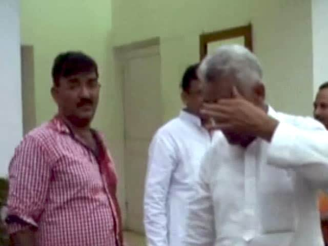 Videos : बुलंदशहर में सपा के दो गुटों में जमकर मारपीट