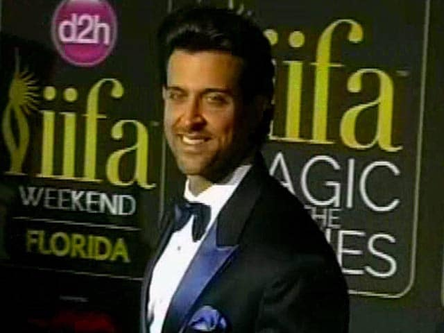 Video : Hrithik Congratulates Kriti and Kiara