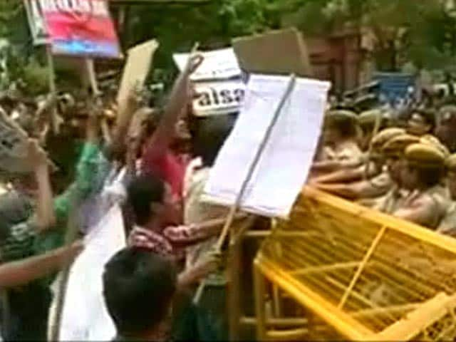 Video : Delhi University Suspends Admissions, Students Stranded