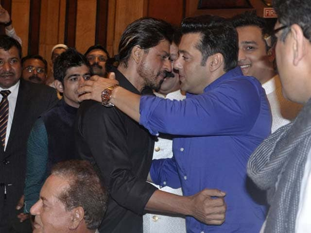 Video : Another <i>Iftaar</i> Party, Another SRK-Salman Hug