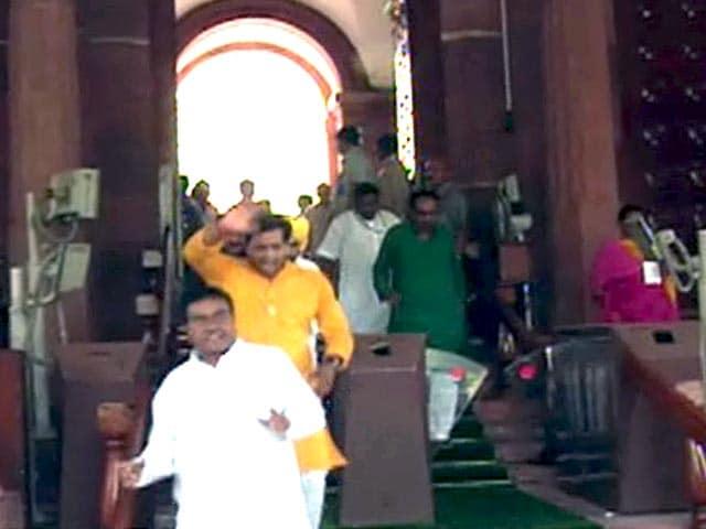 Videos : टीएमसी सांसदों का बीजेपी पर धमकी देने का आरोप