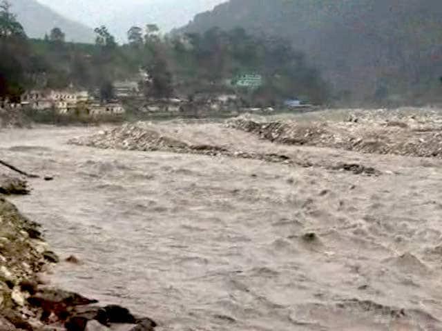 Video : उत्तराखंड के कई इलाकों में भारी बारिश, बद्रीनाथ, केदारनाथ यात्रा रोकी गई