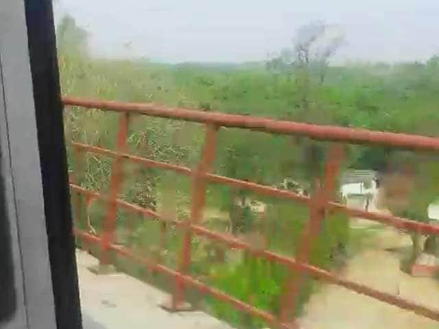 Video : Delhi Metro Train Runs With Door Open, Operator Suspended