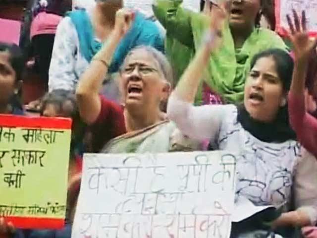 Videos : खबरों की खबर : बलात्कार, बेबसी और ग़ुस्सा