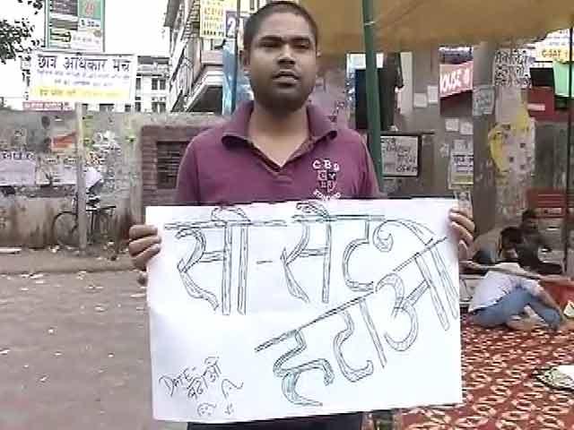 Video : खबरों की खबर : सड़क पर इम्तिहान