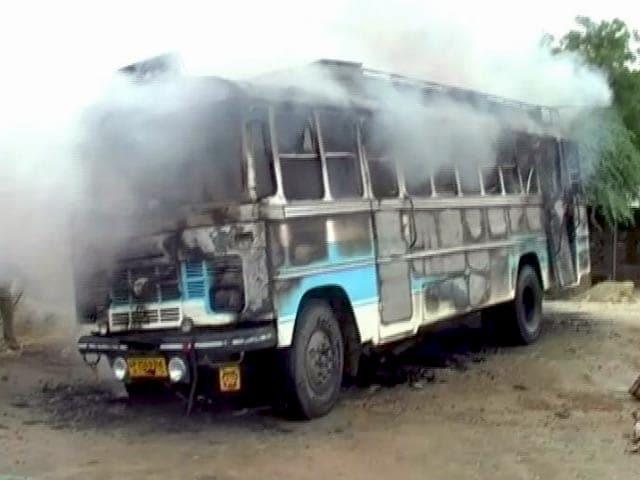 Videos : उत्तर प्रदेश के औरैया में बस पर गिरी हाइटेंशन तार, पांच मरे