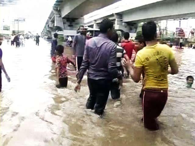 Video : अहमदाबाद में भारी बारिश से कई इलाकों में पानी भरा