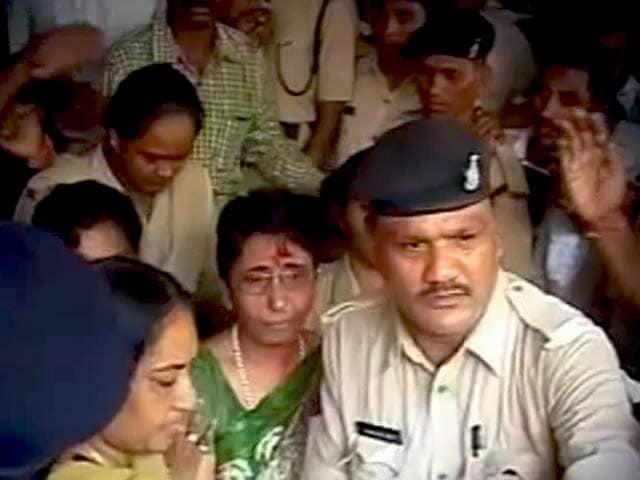 Video : गुजरात की पूर्वमंत्री माया कोडनानी को ज़मानत मिली