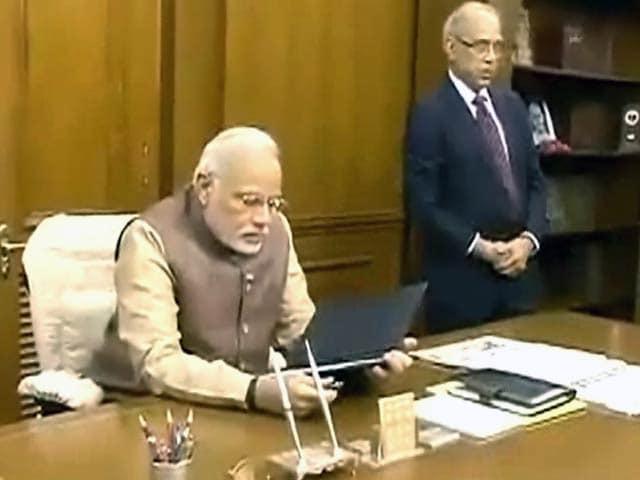 Videos : 'नेताओं के झांसे में न आएं अधिकारी'