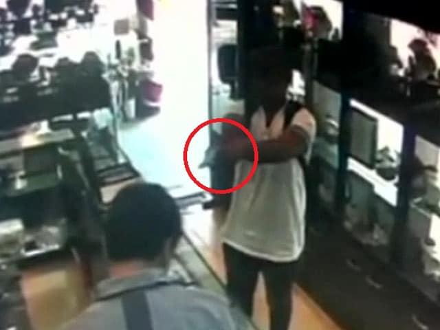 Videos : कैमरे में कैद : कर्मचारी को गोली मारकर लूट लिए जेवर