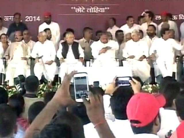 Video : Friendship Day? Mulayam Appears With Amar Singh, Who he Expelled