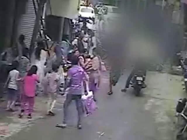 Videos : कैमरे में कैद : बीच बाजार में चाकू गोदकर युवक की हत्या