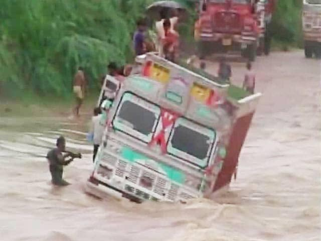Video : Truck Stuck in the Middle of a River in Rajasthan