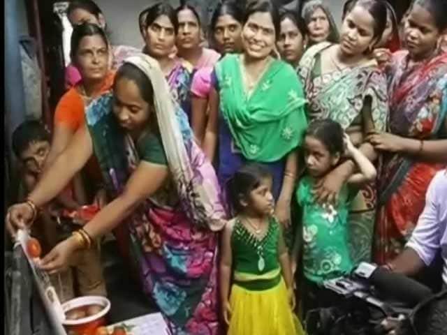 Videos : प्रधानमंत्री नरेंद्र मोदी के लिए 'टमाटर राखी'
