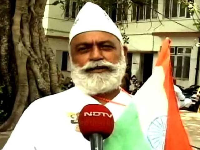 Video : Meet the Flag Man, Who Carries the National Flag Wherever He Goes