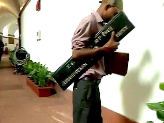 Video : टीडीपी – टीएमसी के बीच कमरे की लड़ाई