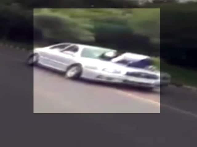 Videos : चंडीगढ़ : एक किलोमीटर तक बोनट पर ले गया ट्रैफिक कांस्टेबल को